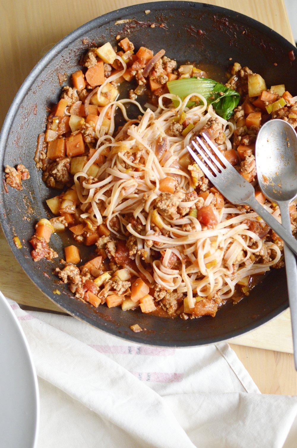 Rezeot-asiatische-Bolognese-PakChoi-Reisbandnudeln-frisch-lecker-schnell