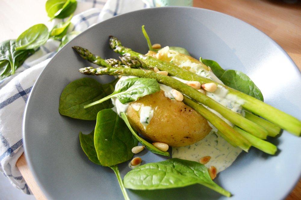 Ofenkartoffel-mit-Spargel-Baerlauchcreme-Rezept-Saison-gesund-lecker-frisch-vegetarisch