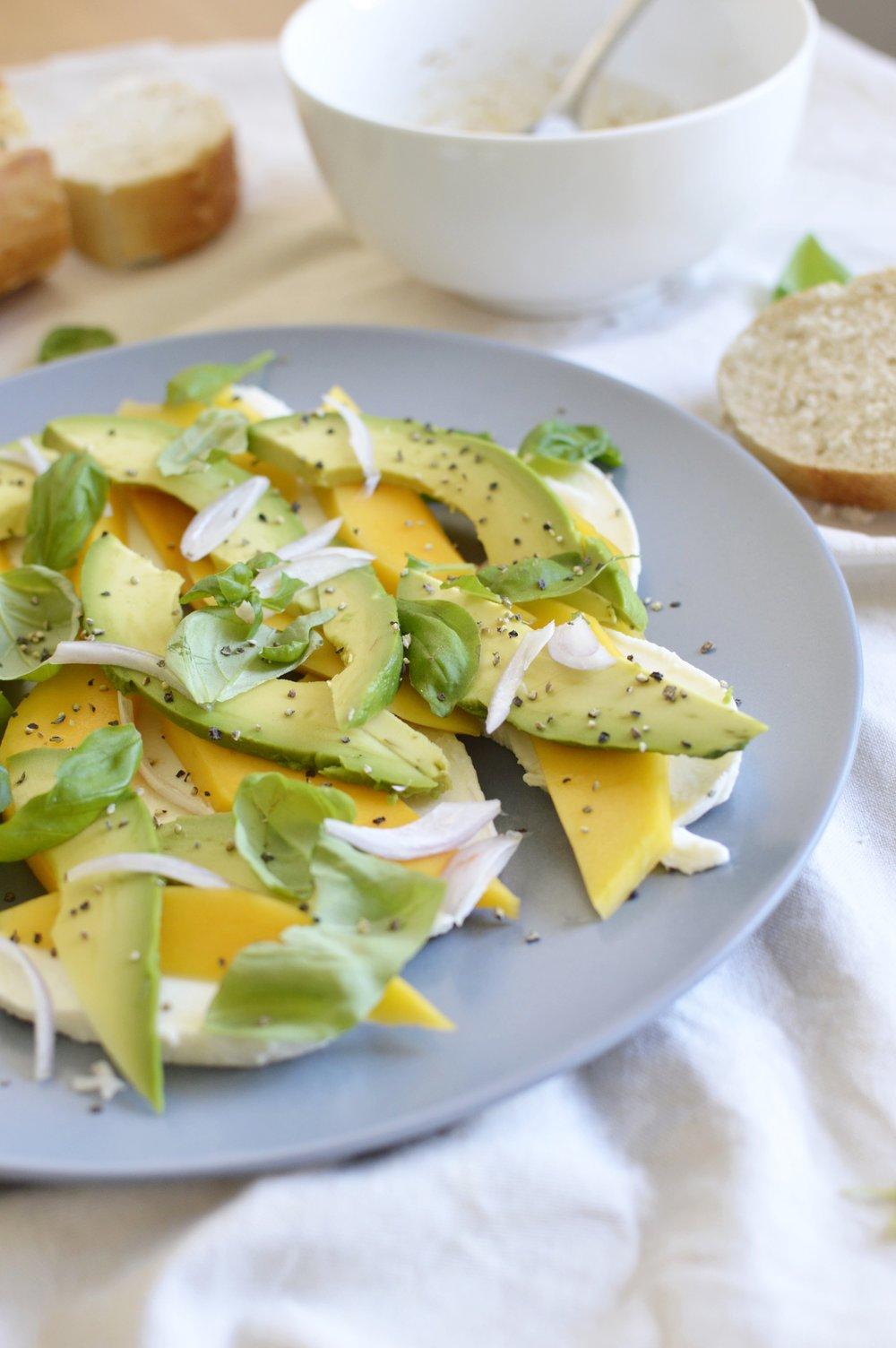 Avocado-Mango-Mozzarella-Caprese-lowcarb-ideen-rezept