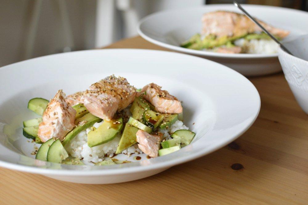 Rezept-Sushi-Bowl-Lachs-Avocado-Gurke-Sesam