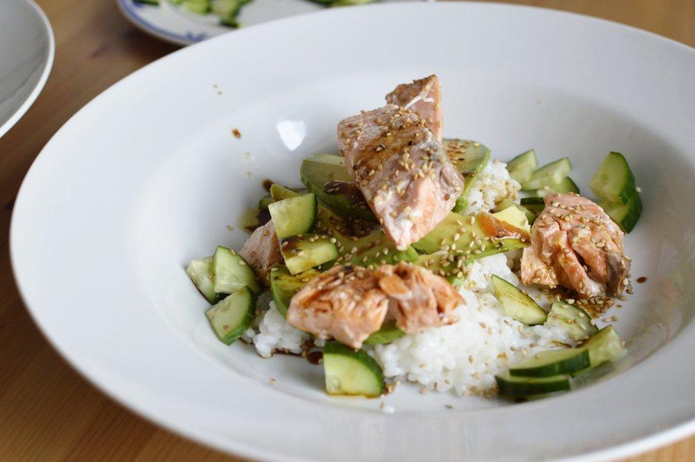 Rezept-Sushi-Bowl-Lachs-Gurke-Avocado-Sesam