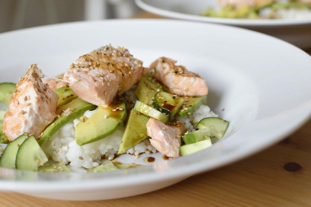Rezept-Sushi-Bowl-Avocado-Gurke-Lachs-Sesam