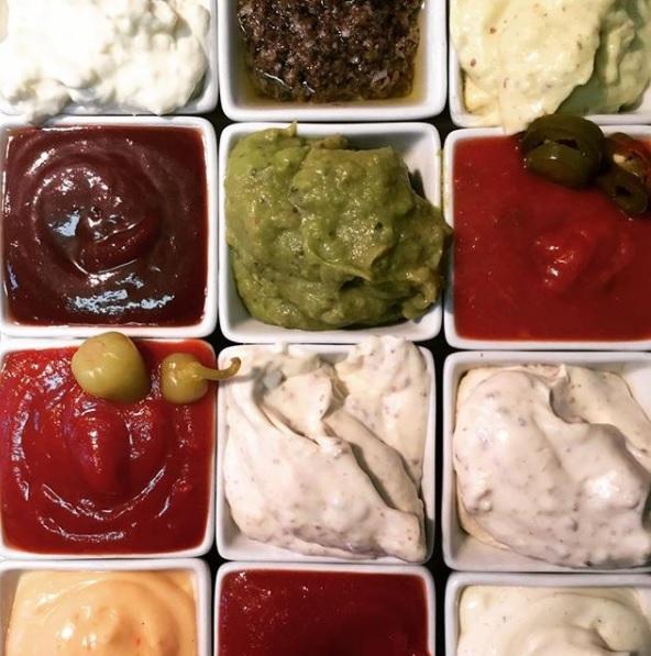 Hausgemachte, leckere Saucen - Für unsere Saucen verwenden wir ausschließlich frische Produkte. Zusammen mit den frisch gewolfen Patties und unseren Buns nach hauseigenem Rezept ist jeder unserer Burger ein einzigartiges Geschmackserlebnis.