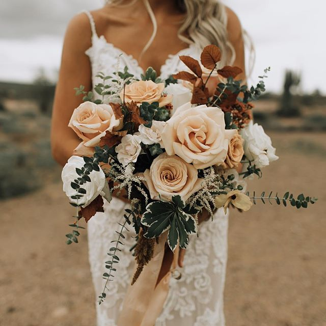Stunning desert tones and these juicy roses made for the most romantic bouquet. ❤️