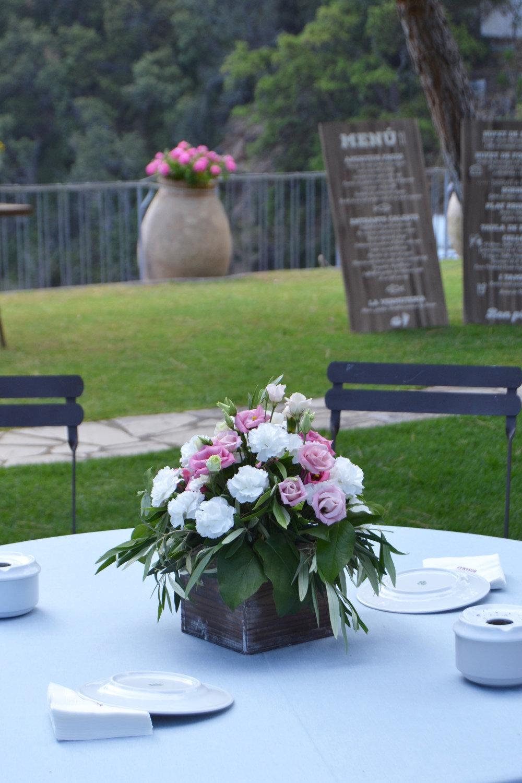 El color fue apareciendo en el aperitivo gracias al azul de los textiles y el color rosado de las flores.