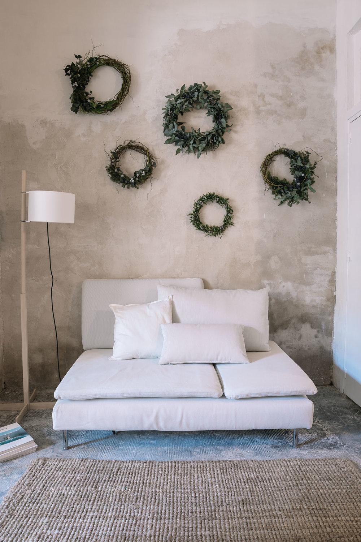 La sala de estar es un espacio alargado donde poder descansar y cocinar. - Espacio de 35 metros cuadrados.Conjunto de sofá y sillones. Cocina equipada con pica y microondas. Patio interior, almacén y lavabo.Luz natural.