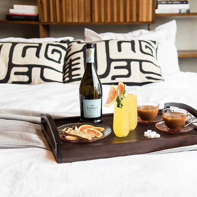 Breakfast in bed on this chilly morning, anyone?  Photography by @belenaquinophoto | Cocktail by @_valcohol  #instachicago #sundayfunday #westloop #chicagostyle #sundaybrunch #breakfastinbed #eventrental #soloverly #eventplanner #chicagoblogger #chicagofoodie #vintagestyle #chicagogram