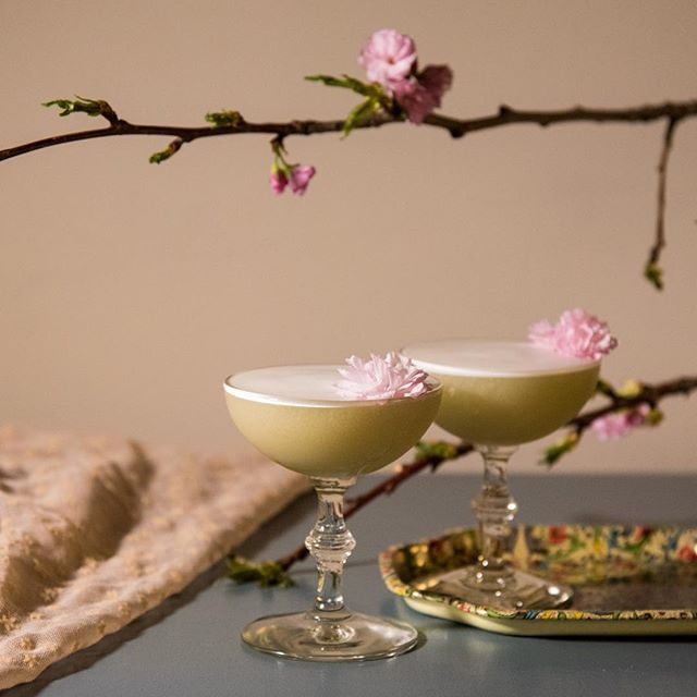 Cheers to a stunning spring weekend ahead! ☀️🌸 Photo by @belenaquinophoto and stunning Philosopher's Path matcha cocktail by @_valcohol