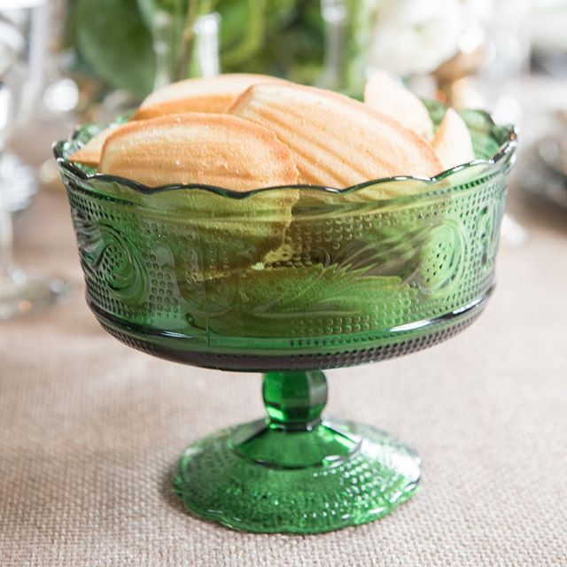 Madeleines, anyone? ☀️💚 . . . Planning: @clovereventschicago  Photography: @gerberscarpelliweddings @belenaquinophoto  Glassware: @gathervintagetables  Flowers: @mayfloral  Calligraphy: @simplyscriptedink  Linens: @bbjlinen