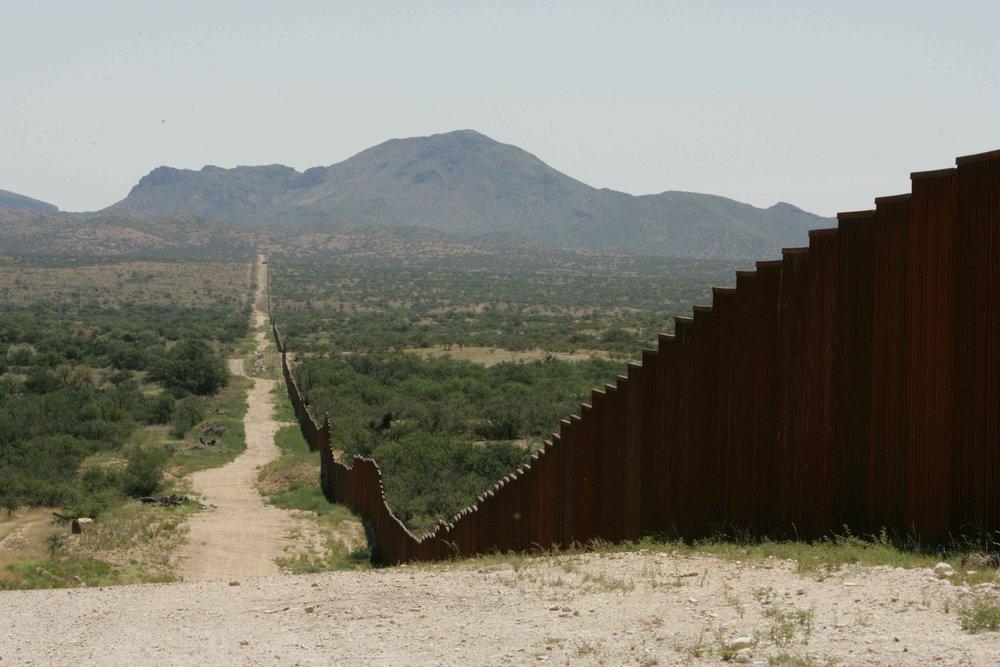 Long_border_fence.jpg