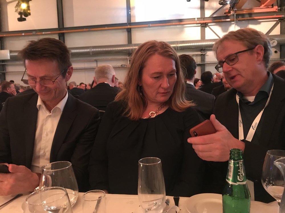 Nye kunder verves. En av gangen. Her er det Hans Kristian Amundsen, Arbeiderpartiet og Bjørn Amundsen, Telenor som får hjelp av Mia til å komme i gang.