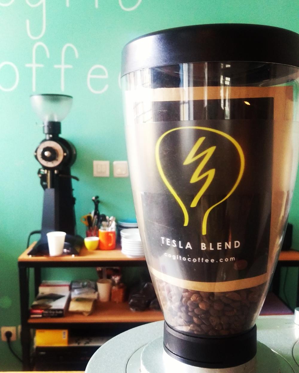 Prvo snimanje odradili smo u Zagrebu u Cogito Coffee gdje snimismo Matiju Hrkaća kako Živi Kavu / Jedan od najboljih Cogito Coffee blendova - Tesla Blend