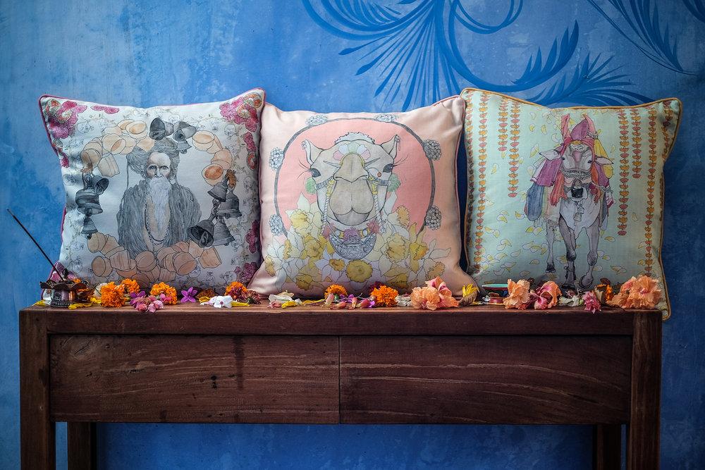 Dogodit će vam se Soft Landing na Fara jastuke iz kolekcije za kuću. Svaki je inspiriran određenim dijelom Indije; s lijeva na desno: Varanasi / Rajasthan / Goa