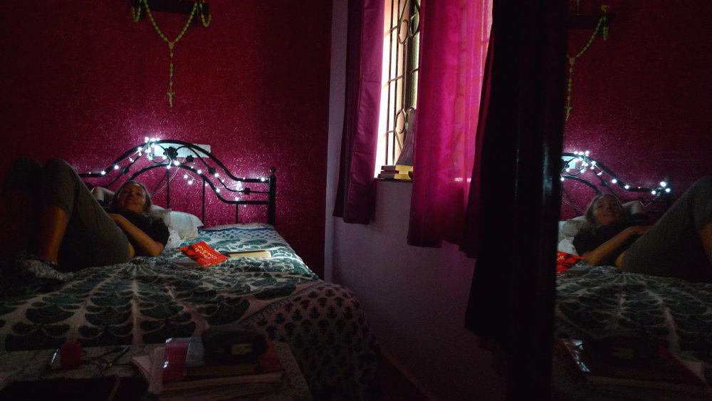 Ovako Žana radi. U unajmljenoj kućici na Goi zanimljivog, tako lokalno indijskog, interior designa (raspelo s neonskom krunicom je glavni dio dekora)