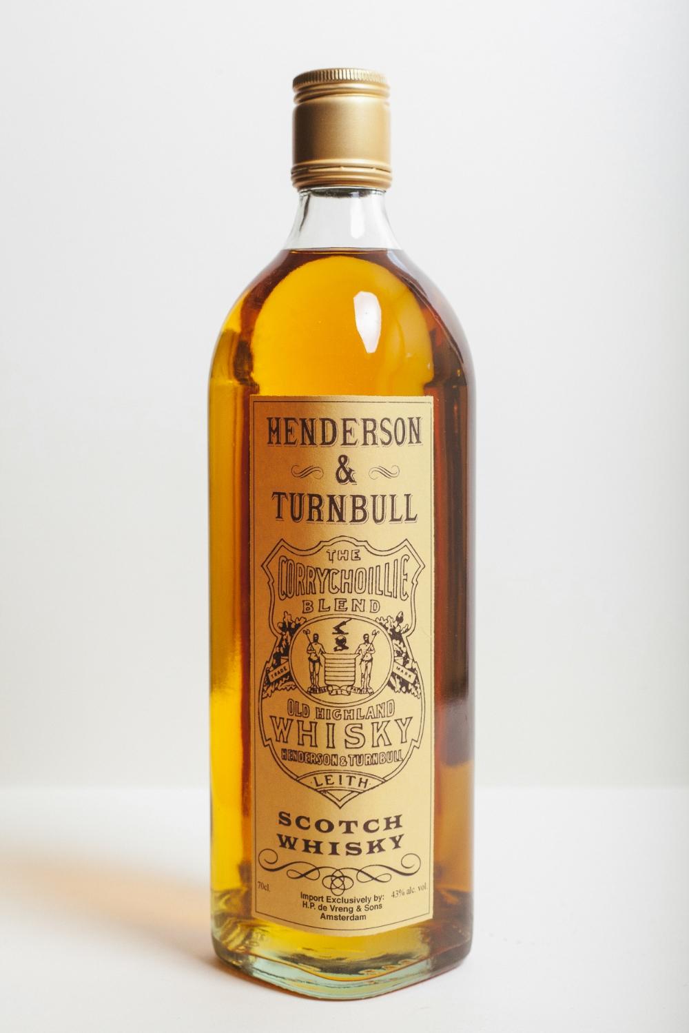 SCOTCH BLENDED WHISKY Henderson & Turnbull Een ouderwetse blended whisky met een mooi aroma en een zachte afdronk. Gebottled op de klassieke sterkte van 43% vol. alc.De oorspronkelijke sterkte voor mooie Scotch. 700ml.€ 17,95