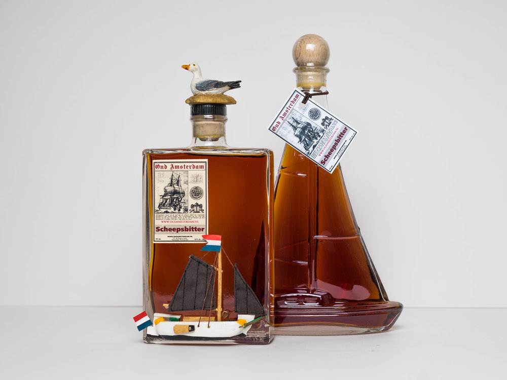ZEILBOOT MET SCHEEPSBITTER   350ml. € 16,95  fles in vorm van ZEILBOOT MET SCHEEPSBITTER   350ml.  € 16,95