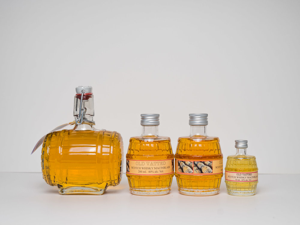 MACINBLAIR SCOTCH BLENDED WHISKY  Deze whisky is ook verkrijgbaar in leuke 'Vaatjes flessen'.  500ml. € 24,95 beugelfles  500ml.  € 21,95  200ml. € 14,95  100ml.  € 9,95  50ml.  € 6,95