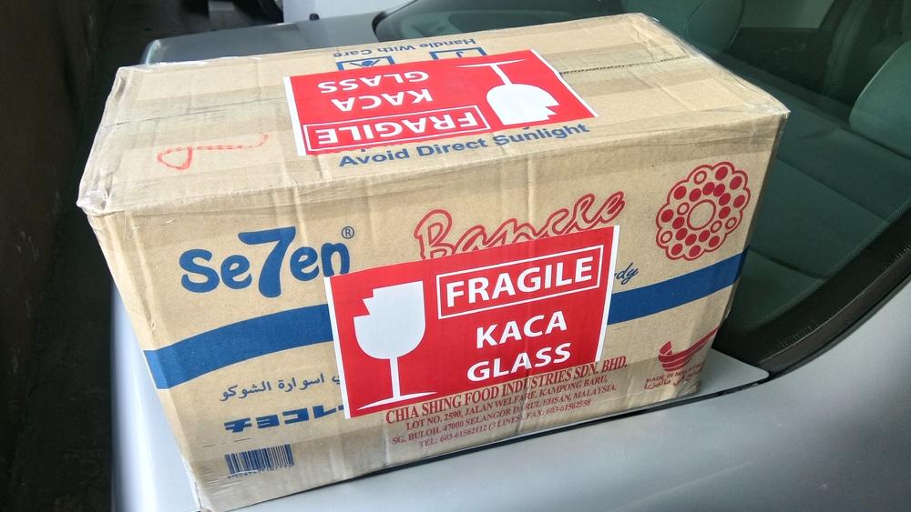 Botol doorgifts dibungkus untuk penghantaran melalui poslaju