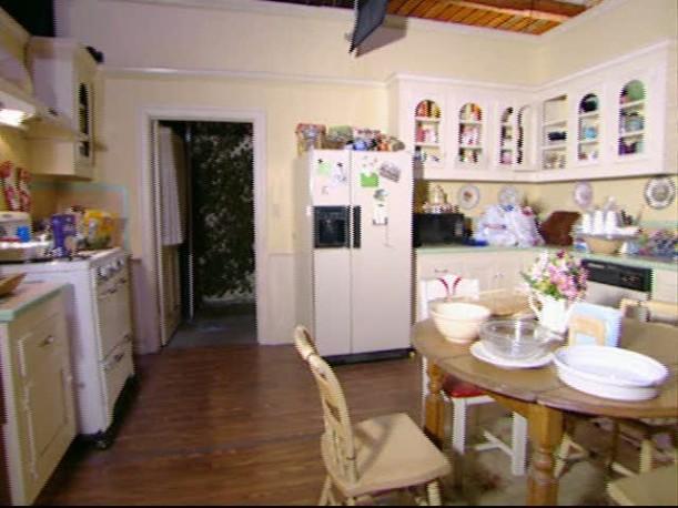 Tour-Lorelais-kitchen-set-611x458.jpg