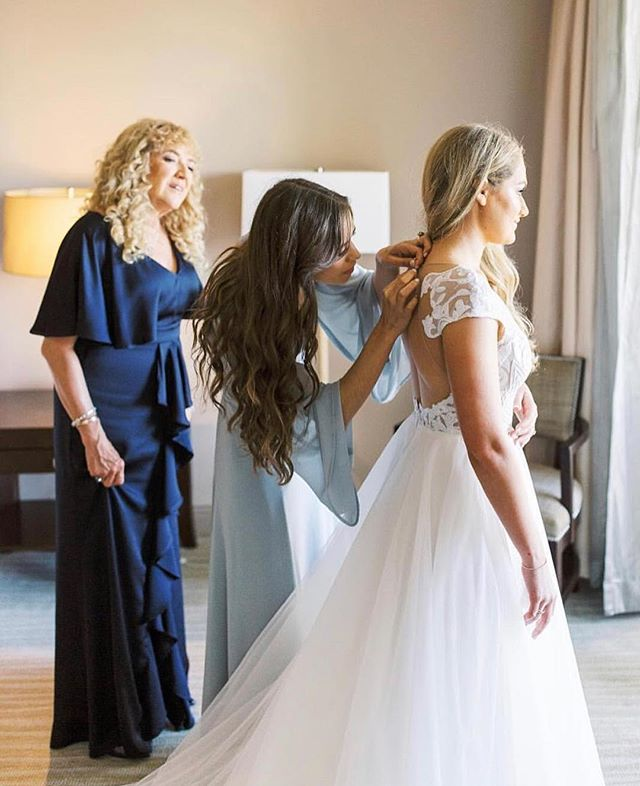 It takes a village 💙 But really, did you know we specifically create a block on your Master Timeline for you to get in your dress? We coordinate with your photographers, friends and family so this moment in time is documented forever! It doesn't take long, but you'll be so glad there's time blocked off for you + your dress. 📸:@mariannelucille