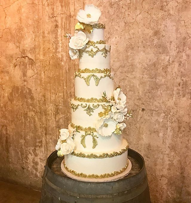 🌿 Congratulations to Mary & Jonathan on their beautiful wedding day! Thank you for allowing @bitemebakeryca to be a sweet part of your special day ! XO 🌿 #ido #weddings #wedding #weddingcake #luxuryweddingcake #cakes #cakestoronto #chocolate #cake #vanilla #buttercream #fondant #delish #cakelife #frostitute  #bitemebakeryca #mississauga #gta #toronto #yyz