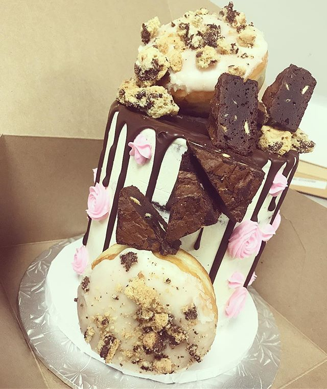 🍩🍪 cookies n cream + milk and cookies 🍪🍩 #dripcake #doughnuts #donuts #cookies #cookiesncream #fancy #wow #cake #bitemebakeryca #bakery #mississauga #toronto #the6ix #yyz #canada