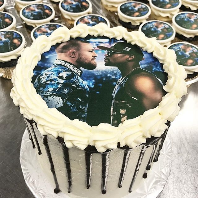 🥊 Cannot wait for tonight's fight 🥊 @floydmayweather @thenotoriousmma #ufc #boxing #fight #fightnight #mcgregor #mayweather #mayweathermcgregor #mcgregorvsmayweather #edibleimages #cake #dripcake #bitemebakeryca #mississauga #toronto #yyz