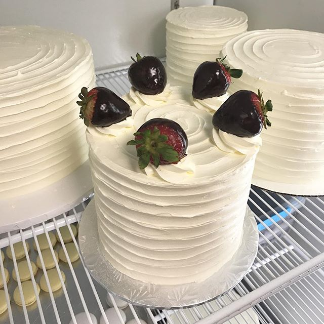 🍓🍫🍰 So many delicious cakes this weekend! 🍰🍫🍓 #nomnom #delish #cakes #strawberryshortcake #chocolatestrawberries #vanillabean #vanilla #buttercream #cake #bitemebakeryca #mississauga #toronto #yyz #canada