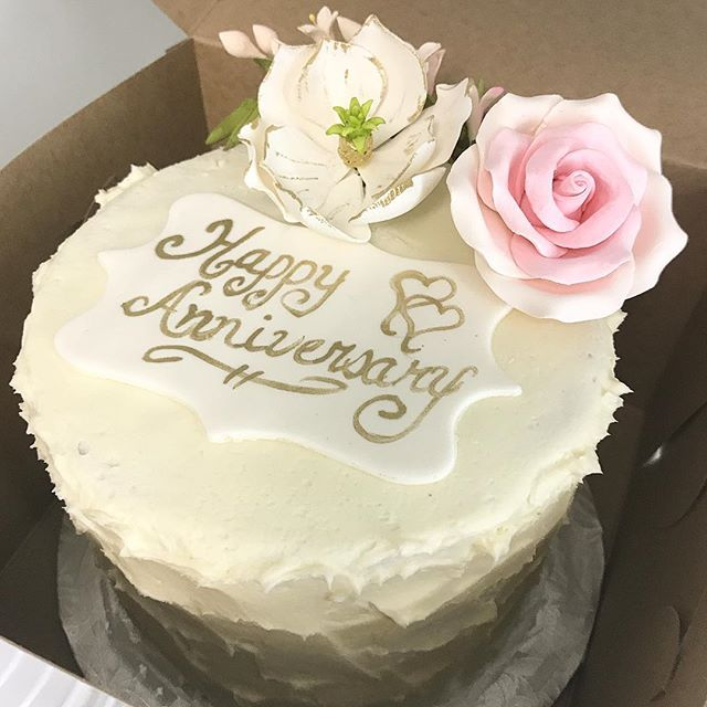 🎀 Love when our couples come back to us for the one year anniversary celebration cake 🎀 #oneyearanniversary #happyanniversary #love #marriage #marriedlife #celebrate #bitemebakeryca #mississauga #toronto #yyz