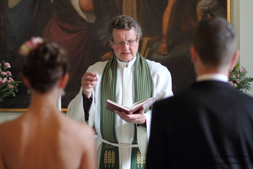 Iitin kirkko elokuussa, vihkiminen ja hääseremonia. Valokuvaaja Janne Laaksonen, Riihimäki
