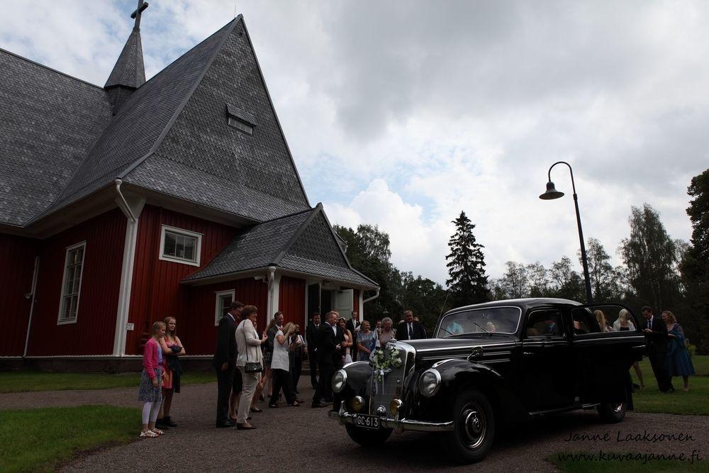 Iitin kirkko elokuussa, hääauto ja morsiuspari. Valokuvaaja Janne Laaksonen, Riihimäki