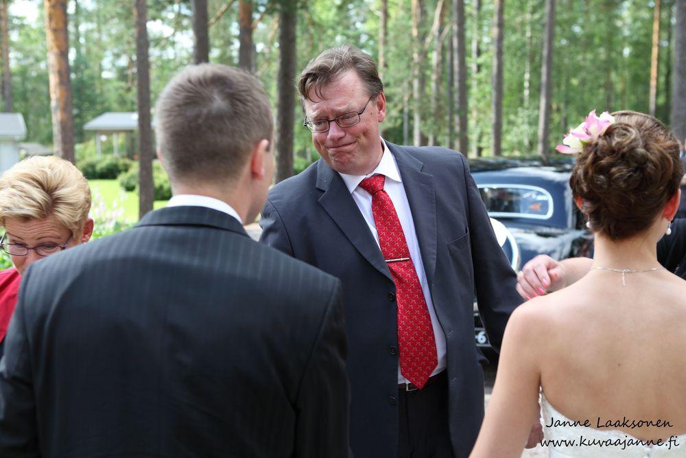 Hääjuhla Vuolenkoski, Kesäharju. Hääparin onnittelut. Valokuvaaja Janne Laaksonen, Riihimäki
