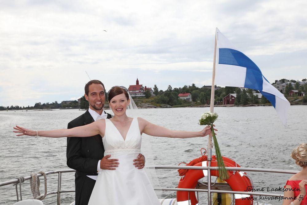 Suomenlinnan lautta. Hääpotretit miljöössä. Valokuvaaja Janne Laaksonen, Riihimäki
