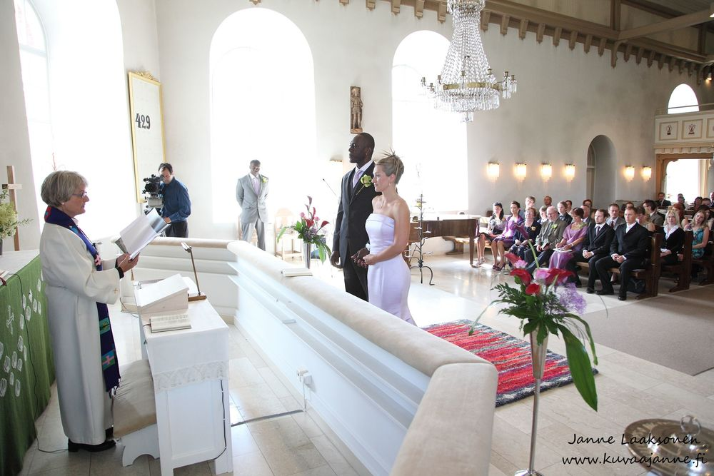 Rengon kirkko elokuussa. Vihkiminen ja hääseremonia. Valokuvaaja Janne Laaksonen, Riihimäki