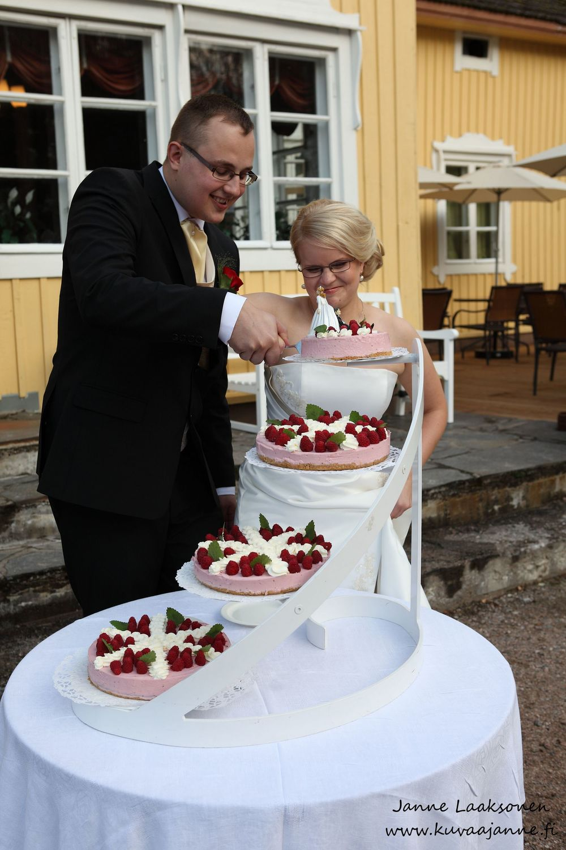 Hausjärvi, Savelan pitokartano elokuussa. Hääkakku ja hääkakun leikkaus. Valokuvaaja Janne Laaksonen, Riihimäki