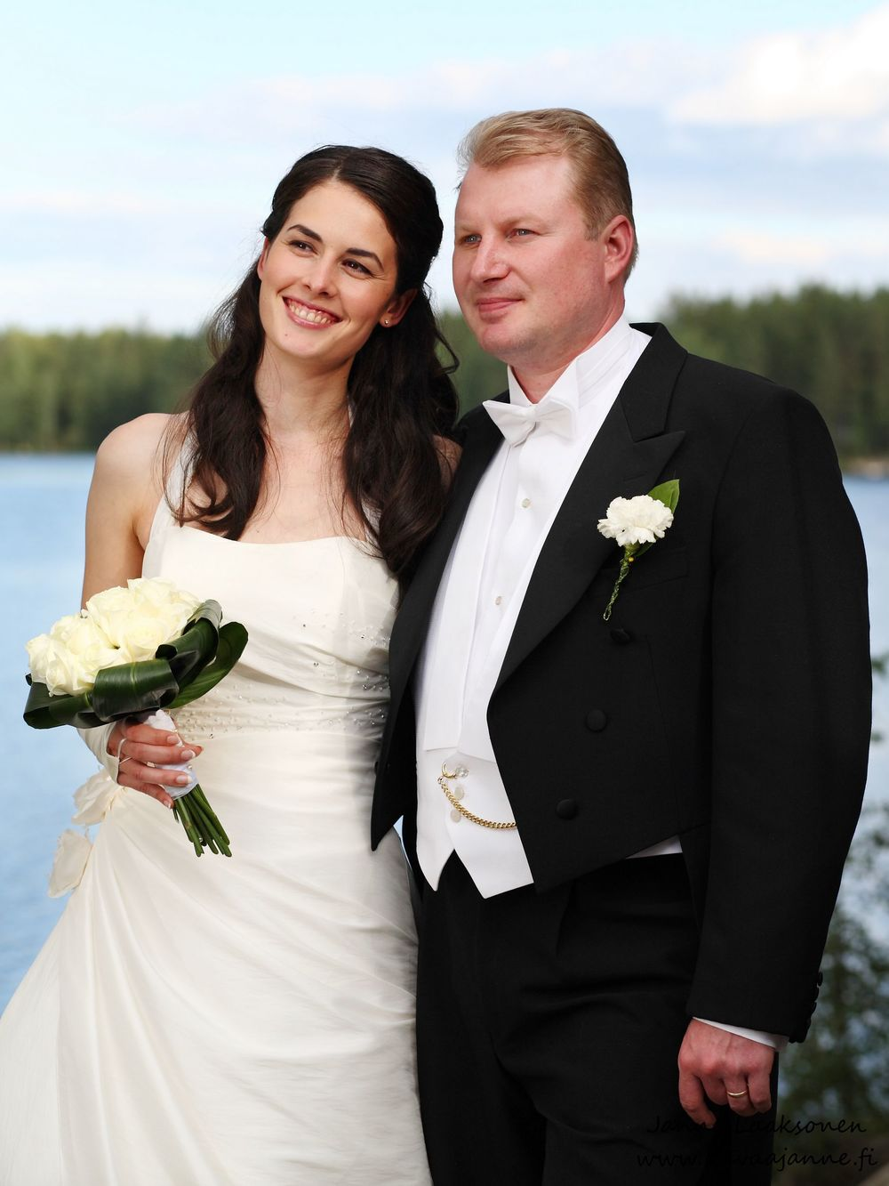 Hääpotretti Juupajoella. Valokuvaaja Janne Laaksonen, KuvaaJanne Ky, Riihimäki