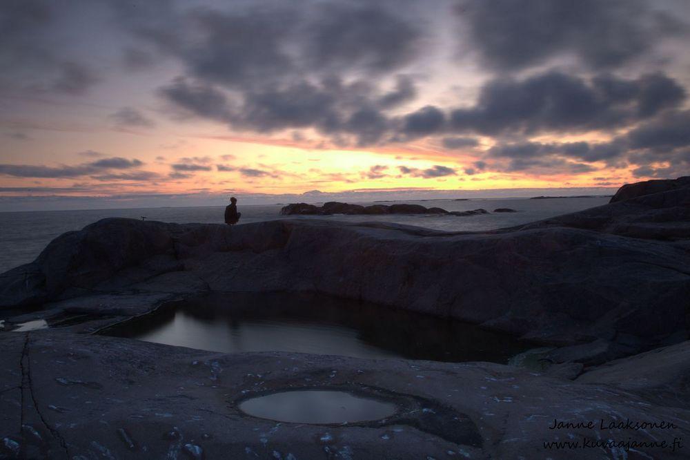 Bengtskärin majakan kalliot auringon laskiessa. Valokuvaaja Janne Laaksonen, KuvaaJanne Ky, Riihimäki