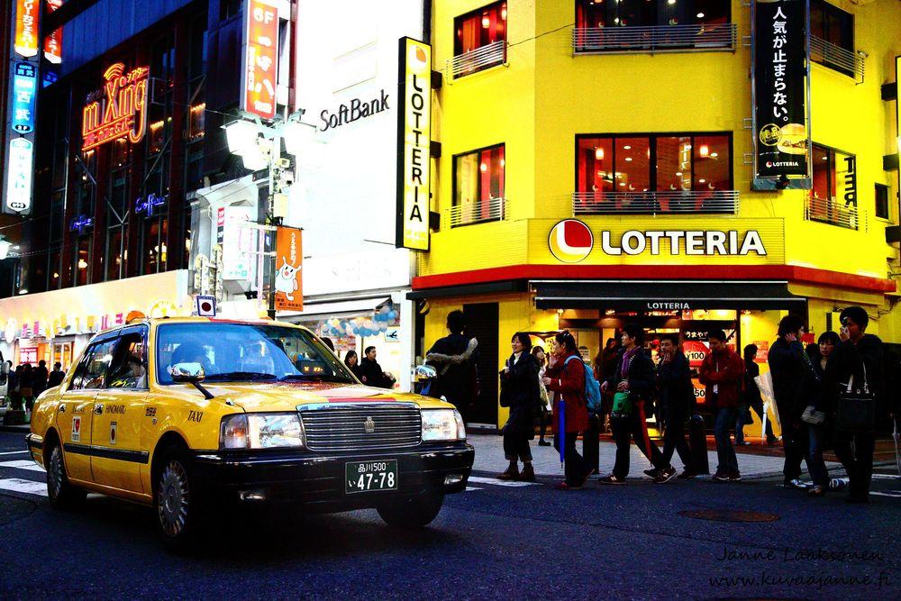 Keltainen taksi. Valokuvaaja Janne Laaksonen, KuvaaJanne Ky, Riihimäki