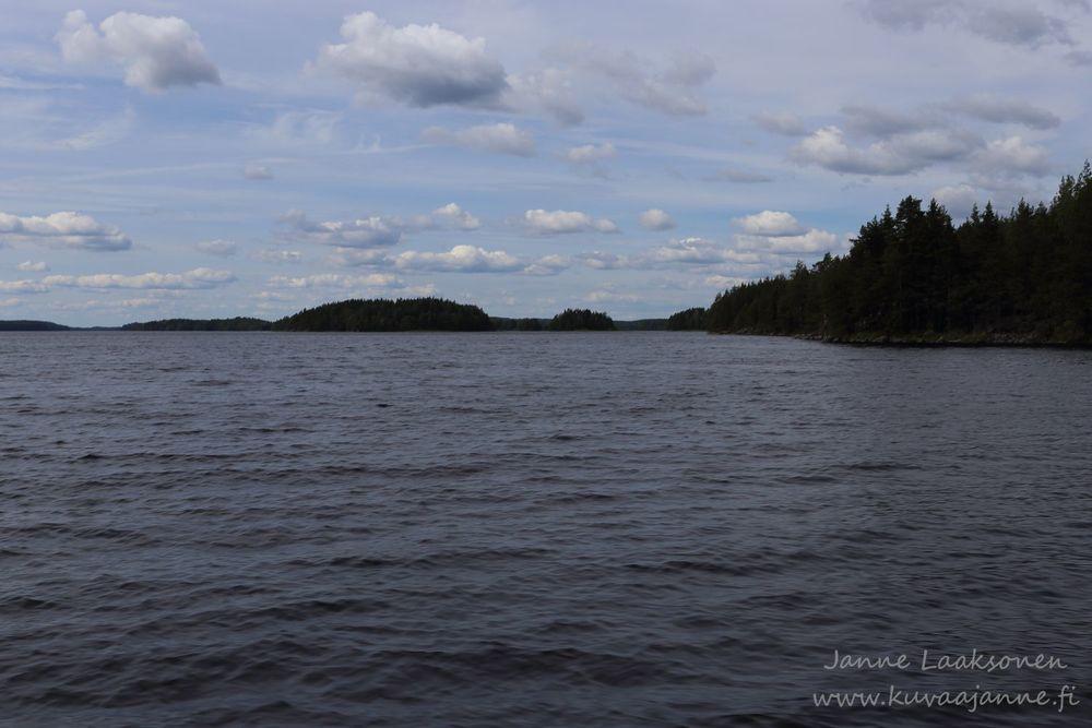 Linnansaaren kansallispuisto kuvattuna veneestä käsin.