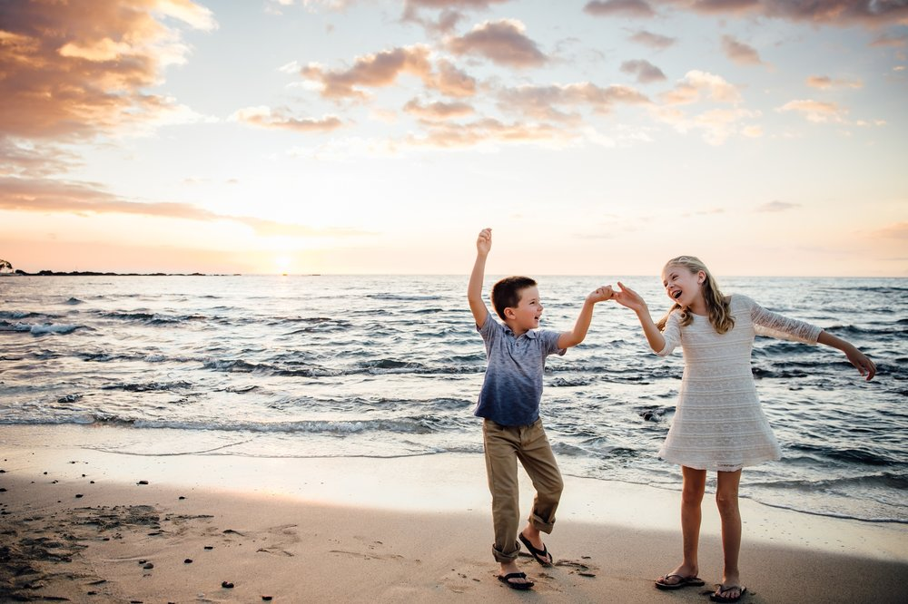 siblings enjoying hawaii vacation