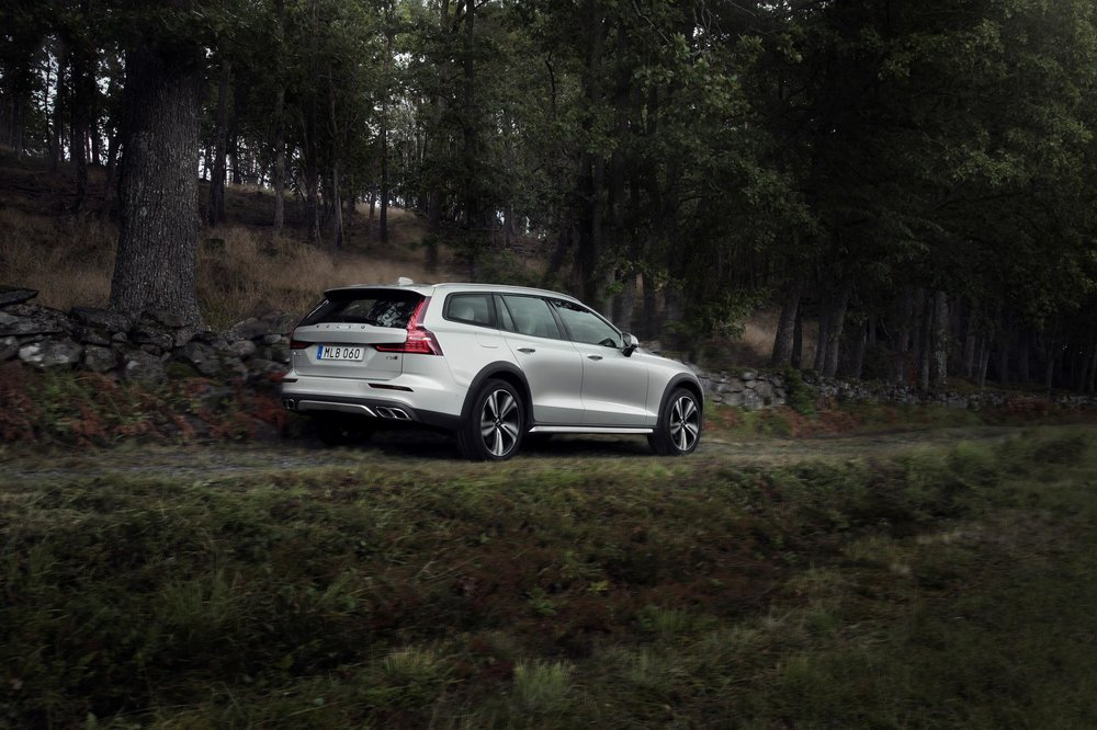 238220_New_Volvo_V60_Cross_Country_exterior.jpg