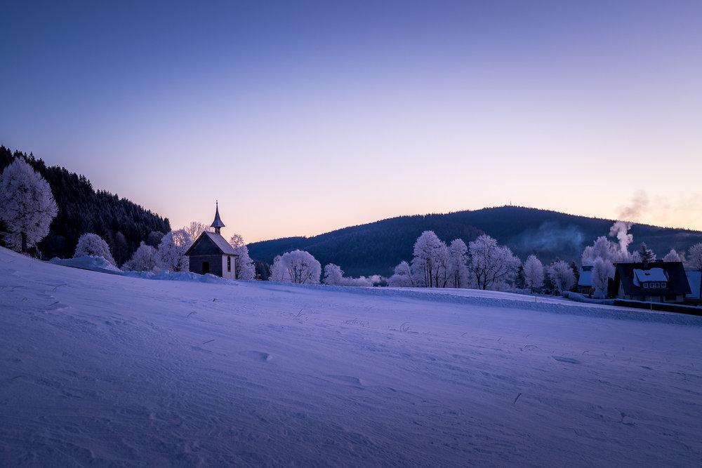 schwarzwald-kapelle-winter-schnee-sonnenaufgang-daniel-wohlleben.jpg