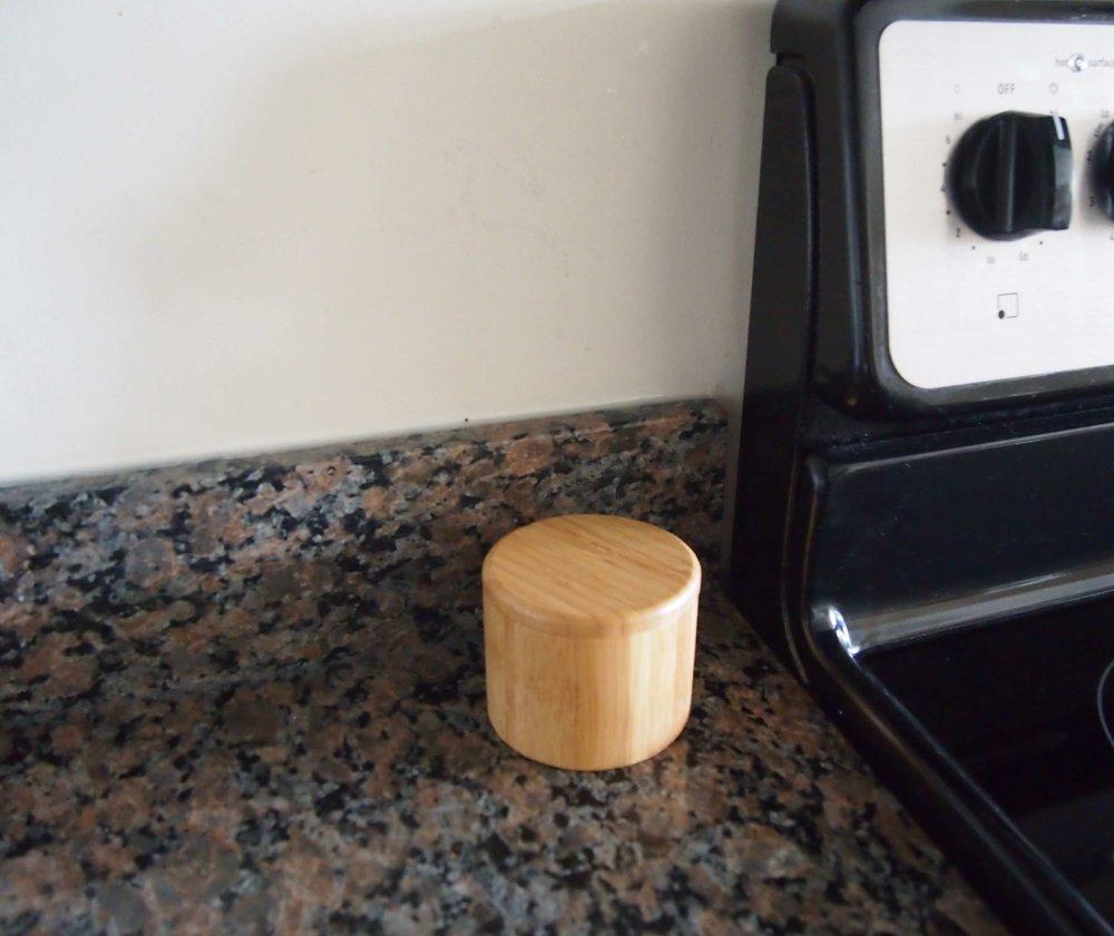 そう、これは木製の調味料入れで  夫がこだわった塩を入れています。