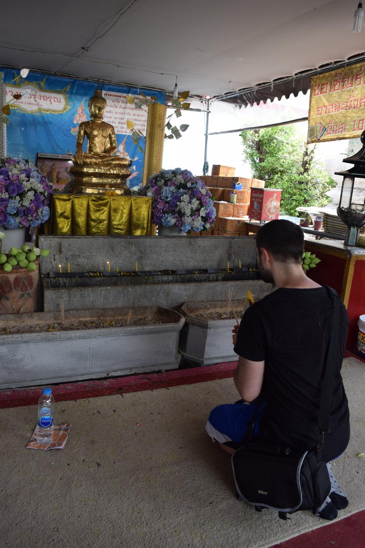 Rispettando la cultura locale in un tempio buddhista.
