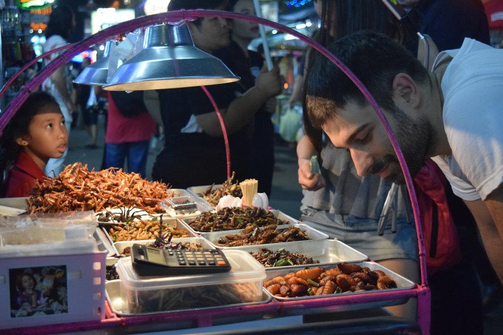 Pregustando il mio primo assaggio di insetti a Khao San Road in Bangkok.