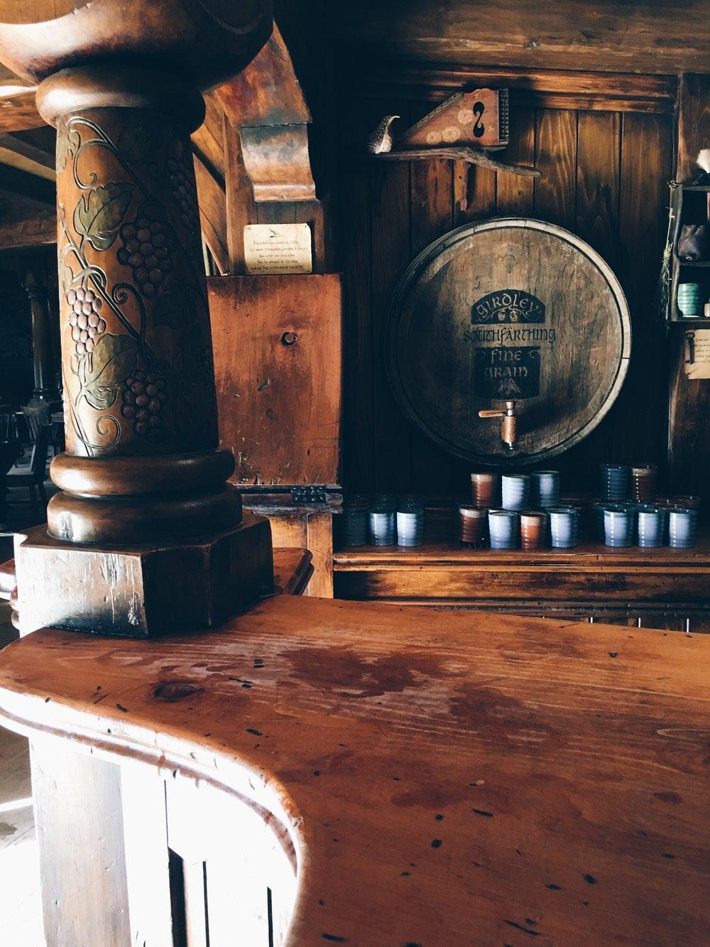 """Il bancone del bar e la birra """" locale"""" a basso tasso alcolico South Farthing. Credit: memedesima"""
