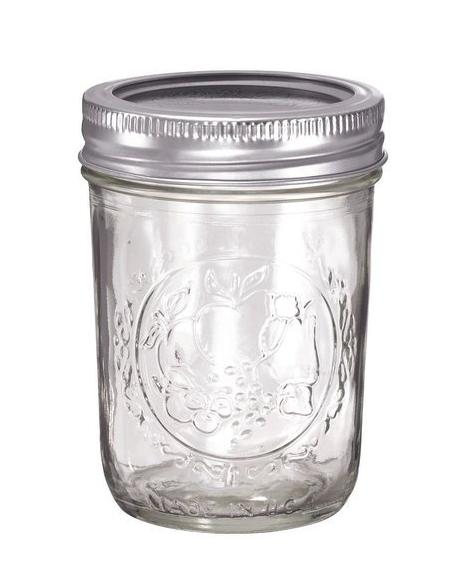 MASON JAR - Questi sono i barattoli che uso per acquiestare i prodotti da banco come le olive e lo yogurt. Li uso molto anche come tazze per il caffe e frullati . Sono graduati e online sono disponibili tantissimi tipi di tappi diversi che netrasformarno la funzione.