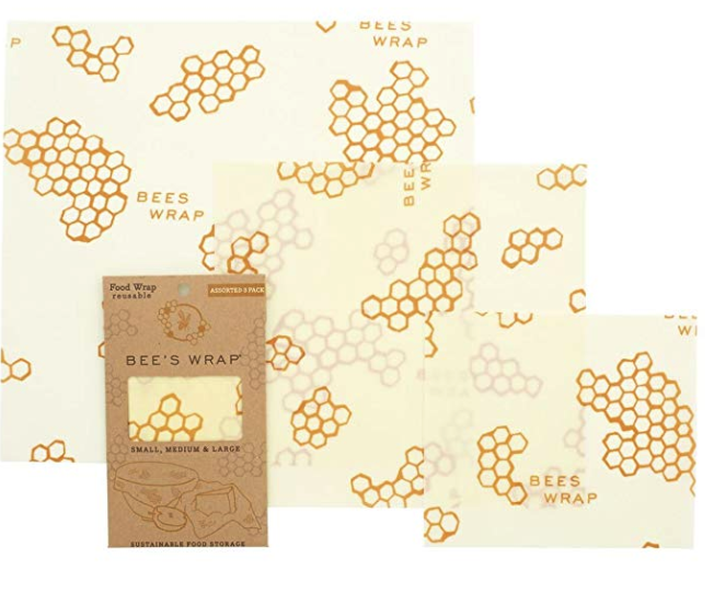 BEESWAX WRAP SET DA 3 - Dire addio alla pellicola non è stato facile. Questi wrap rivestiti in cera d'api noi li usiamo sia per conservare che come veri e propri contenitori per snack e panini. Puoi anche farli da solo se ha a portata di mano la cera d'api