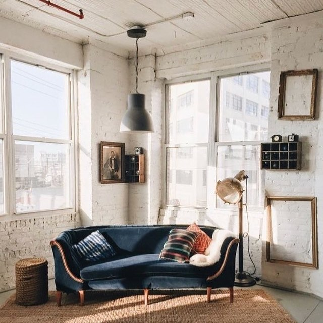 My idea of the perfect room...Rugged walls, natural light, little bit of new, lots of old, and the the piece-de-resistance...that velvet couch !! but my fav thing is the way this divine velvet sofa is situated at an angle to the windows making the absolute most of the sun through the windows. Inspiration thanks to @vestiairevintage 👌