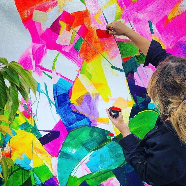 Just one more sleep (if you're reading this on Thursday!) till the @devonportartsfestival 🌈 a whole weekend of art festivities and fun - check their insta for the full programme 👍 PLUS there is a super cool residential art trail of 14 permanent street works that you can appreciate 365 days of the year! Including this colourful newbie by the wonderful @missjenninz 😎 thanks to @resenecolour for providing the all important paint for these works and @juliabatchelorsmith for snapping Miss Jen in progress 📷